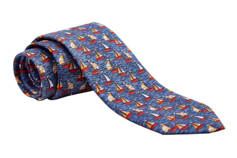 Γραβάτα σιέλ οινοπνευματί με κόκκινα καραβάκια, Μετάξι 100%